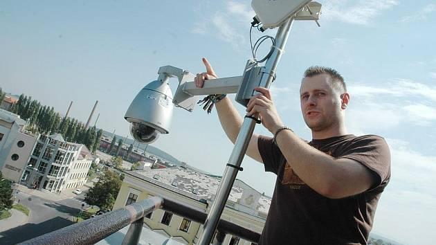 Technik městské policie David Žažo u jedné z mobilních kamer.