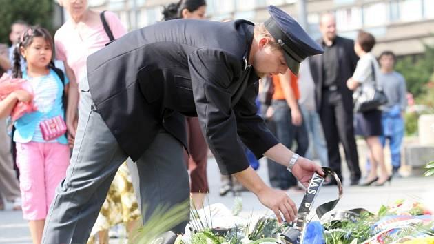 SNÍMEK Z POHŘBU. Policisté položili květiny a věnce na Palackého ulici, kde byl jejich kolega smrtelně postřelen.