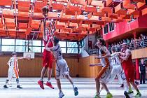 Levharti (v červeném) byli jasnými pány na palubovce. Extraligu budou hrát už na velkém sále Městské sportovní hale v Chomutově.