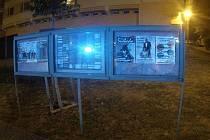 Opilí výtržníci vysklili nástěnku v chomutovské Zborovské ulici