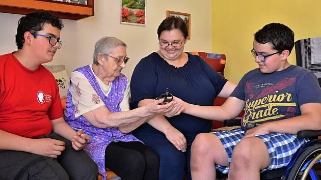 Michal a Tomáš Vorlovi s maminkou a klientkou kadaňského domova pro seniory. Foto: