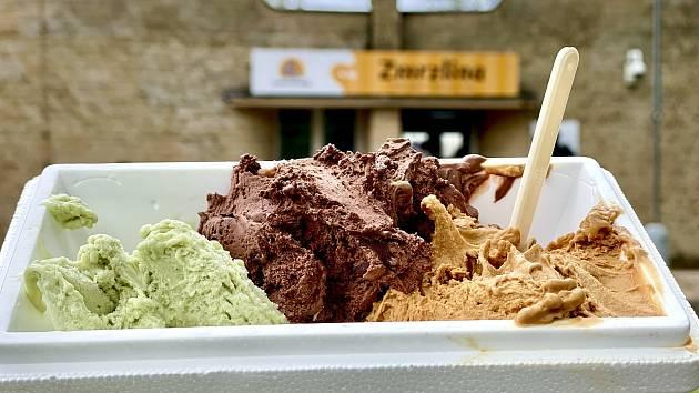 V první chomutovské zmrzlinárně mají zmrzlinu z domácího kravského a kozího mléka.