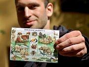 Na aršíku poštovních známek jsou zvířata chovaná v chomutovském zooparku: zubr evropský a manul. Na snímku aršík ukazuje mluvčí zooparku Martin Šopf