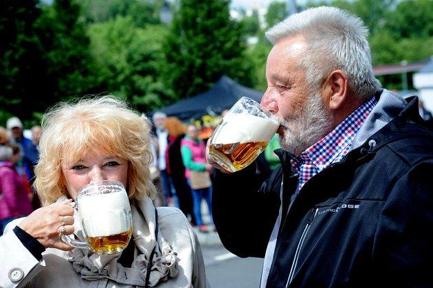 Na zdraví. Pivo si vychutnala vejprtská starostka Jitka Gavdunová spolu se starostou německého Bärensteinu Berndem Schlegelem.