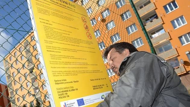 Pracovník TSmCh Julius Holub kontroluje návštěvní řád.