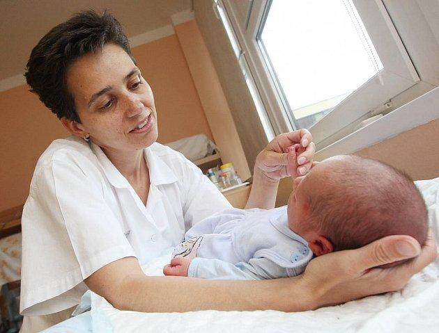 Daliborek většinu času spinká a nepláče. Na snímku s primářkou dětského oddělení kadaňské nemocnice Patricií Kotalíkovou.