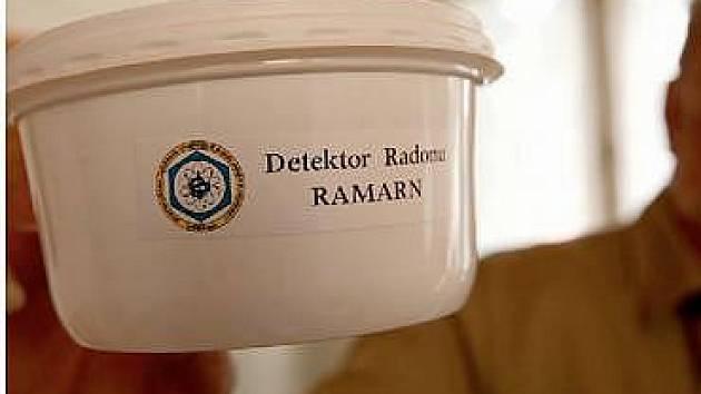 DETEKTOR. Takto vypadá měřák nebezpečného radioaktivního radonu, který stačí položit třeba na skříň v domě. Doma ho už má i Karel Grecš, který ho ukazuje, sám na fotografii být nechtěl.