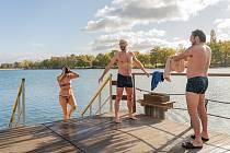 Slunečné počasí a krásy podzimu přilákalo řadu lidí na Kamencové jezero v Chomutově.