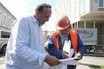 Ahmad Raad prochází plány se stavbyvedoucím Karolem Vejmelkou.