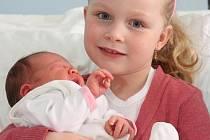 Maminka Veronika Rožičová z Chomutova porodila v chomutovské nemocnici 29. března 2010 ve 21.03 hodin dcerku Denisku. Ta po porodu měřila 50 cm a vážila 3500 gramů. Na snímku je s ní sestřička Verunka.