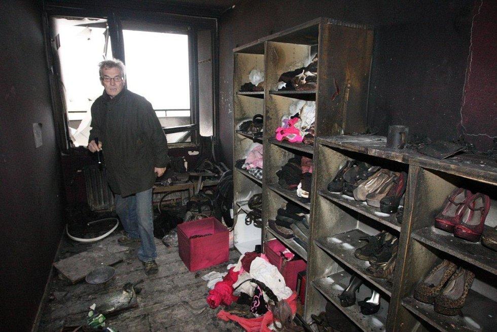 Vyhořelá předsíň bytu, kde požár vypuknul.