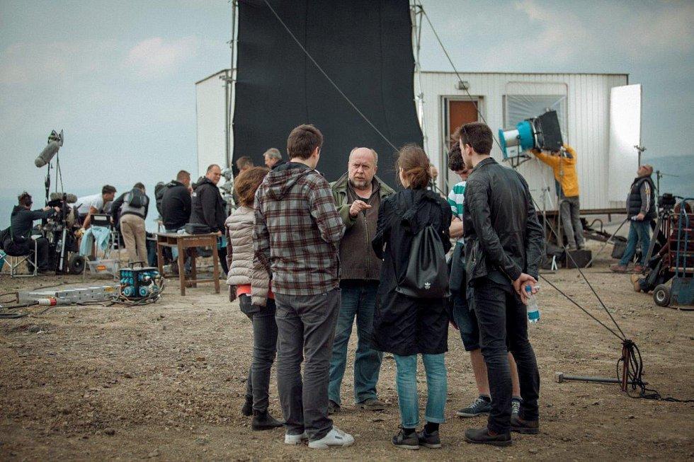 Jan Bílek, výkonný producent ETAMP (uprostřed), v diskuzi s dalšími členy štábu.