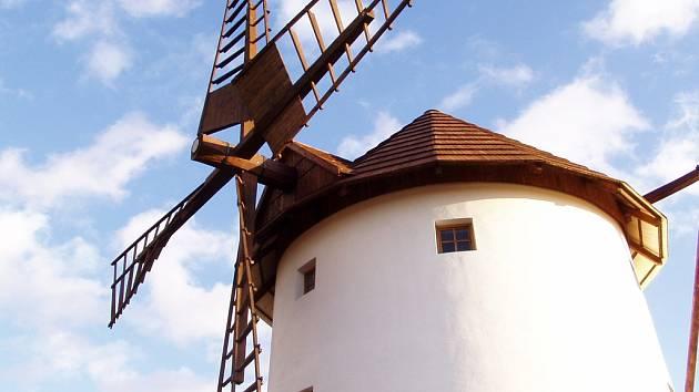 Větrný mlýn v zooparku.