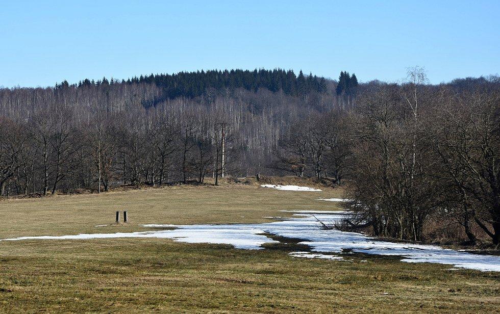 Na blatenské louce směrem k Radenovu mělo být natěsnáno na šedesát nových parcel. Obec jednala s developerem, aby ze svých představ slevil. Nově se má jednat o zhruba třicet parcel.