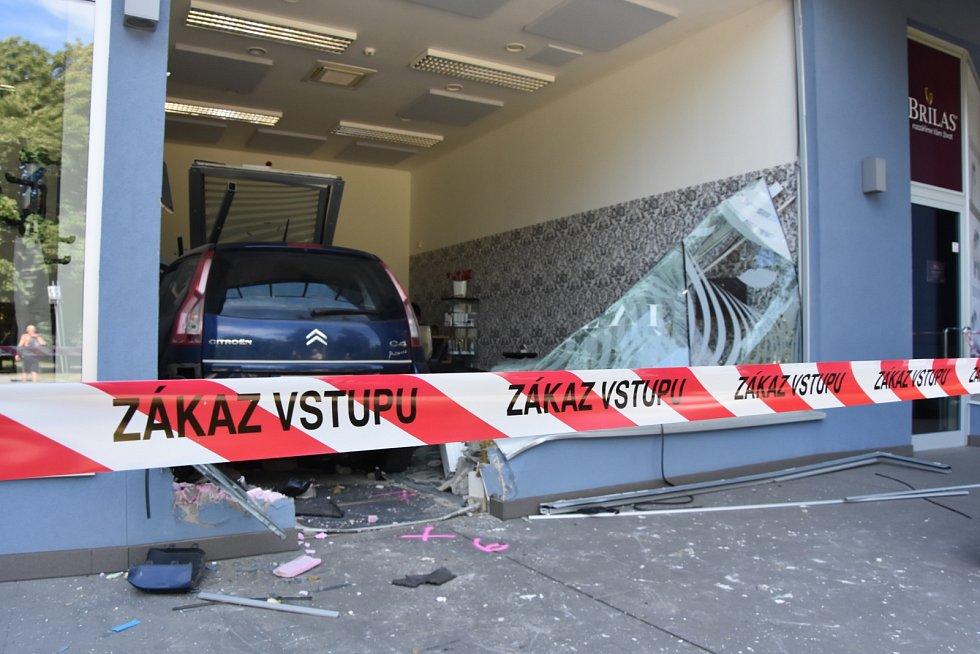 """Auto prorazilo výlohu a """"zaparkovalo"""" uvnitř kadeřnictví."""
