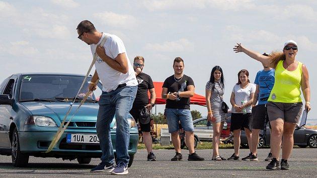 Sraz milovníků automobilů a tuningu na letišti v Březně u Chomutova