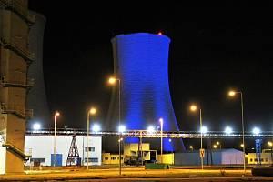 Modře nasvícená chladící věž Elektrárny Tušimice.