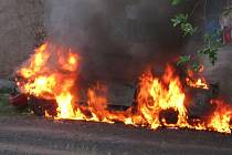 Vrak Fordu Orion v plamenech.
