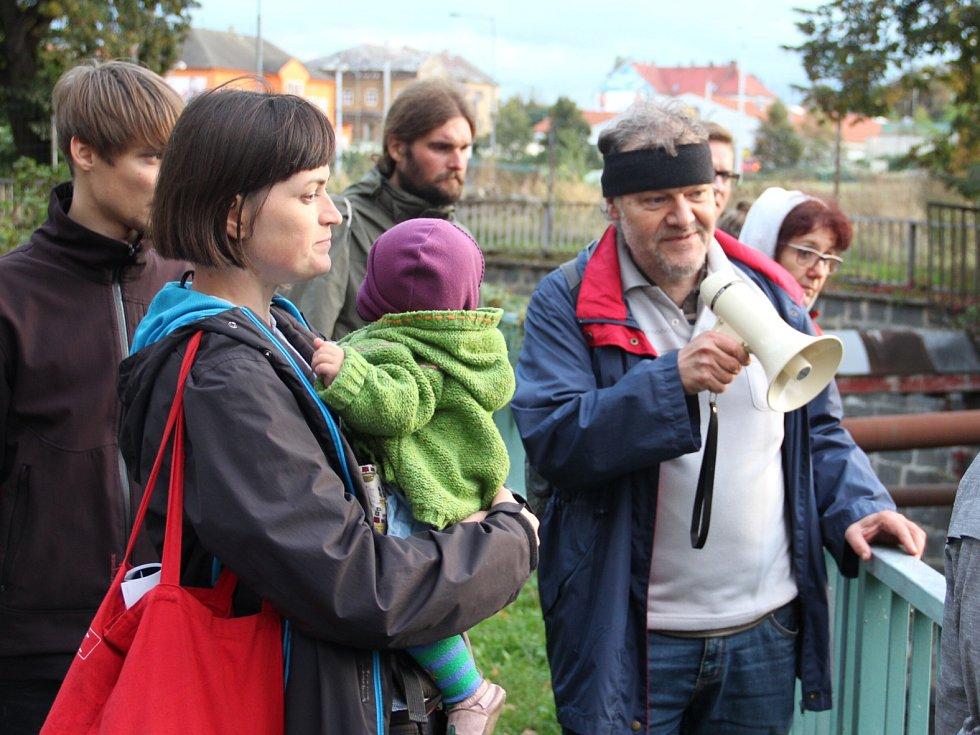 Předsedkyně Ženského spolku Teraza Dvořáková a městský architekt Jaroslav Pachner, který procházku korytem řeky komentoval.
