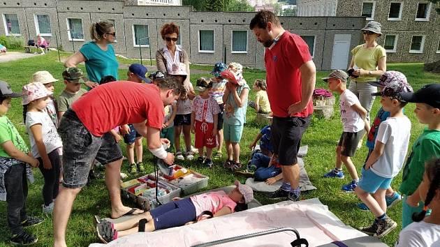 Záchranáři mezi dětmi v MŠ Mašinka Na Borku v Jirkově.