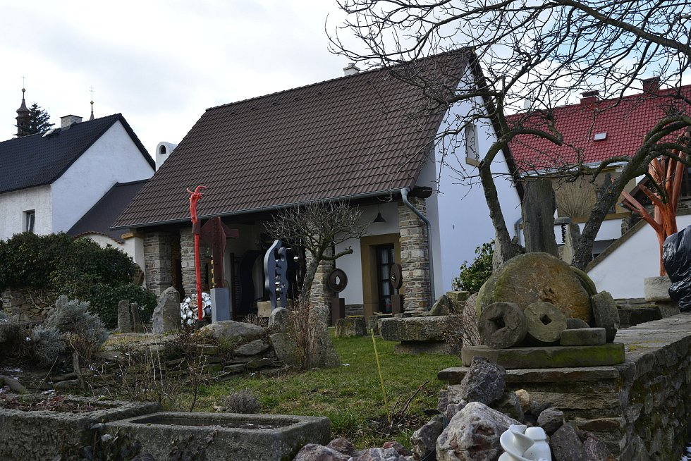 Karel Meloun obnovuje kaply a restauruje sochy .