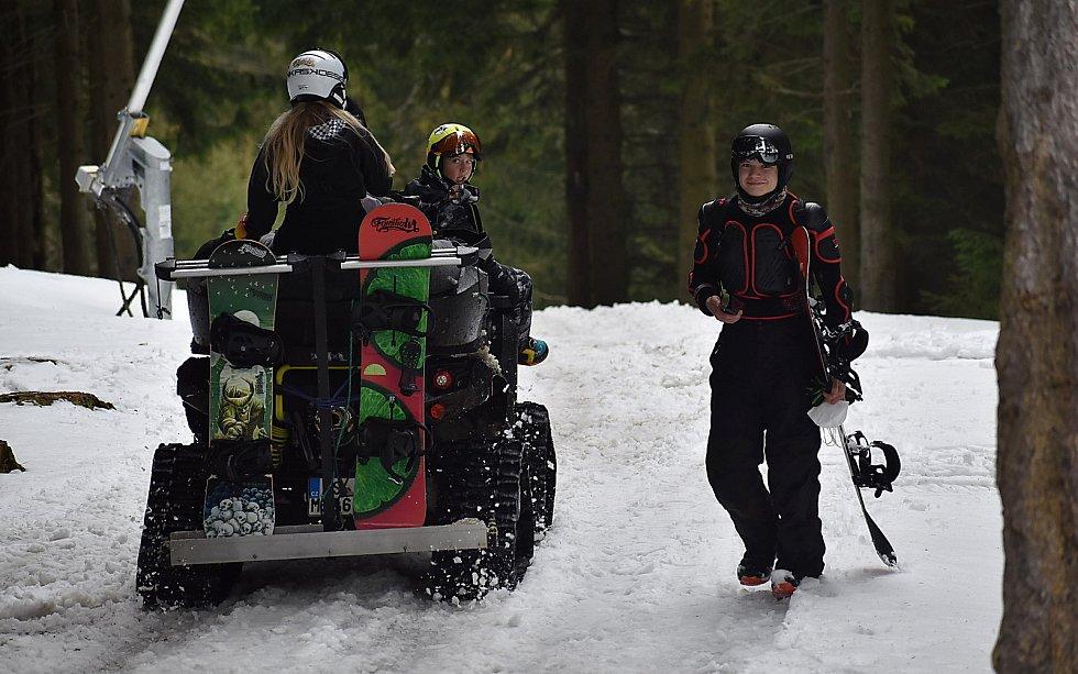 Jedním ze způsobů, jak se dostat na kopec, je čtyřkolka s pásy.