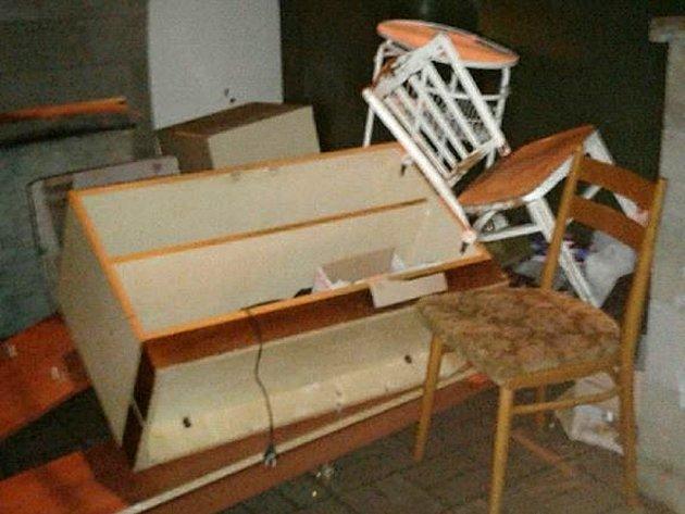 Hromada nábytku v chomutovské ulici Jirkovská