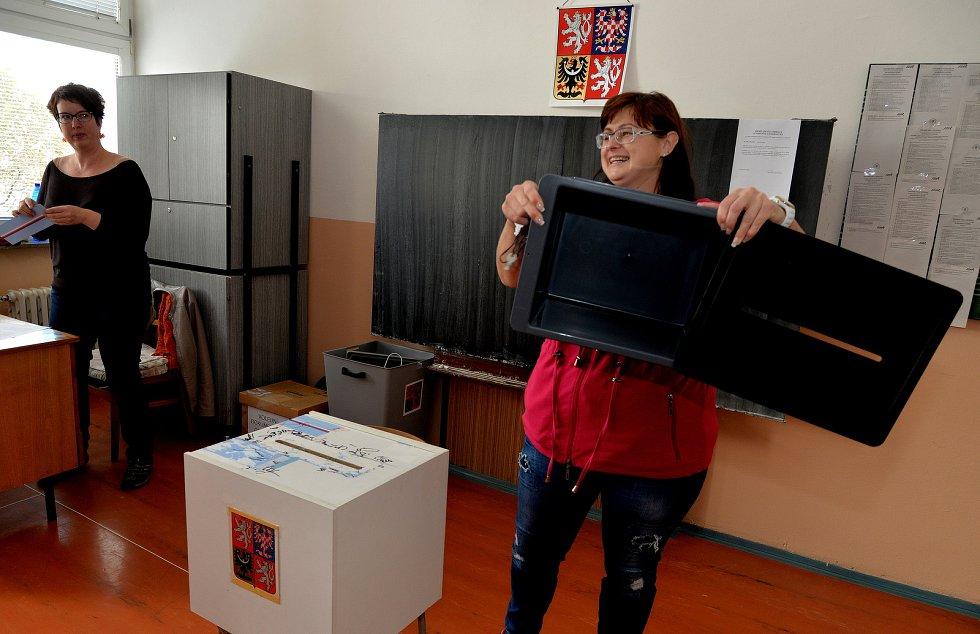 Předsedkyně volební komise Olga Marschová ukazuje prázdnou urnu zbytku komise v Chomutově.