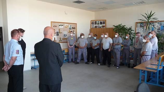 Novým truhlářům a kuchařům ve Věznici Všehrdy bylo slavnostně předáno 14 výučních listů a závěrečných vysvědčení.