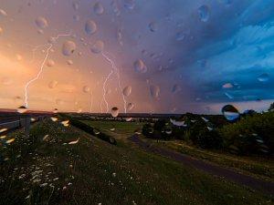 Nebe při bouřce hrálo barvami