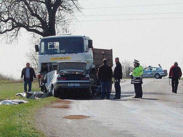 Posádka osobního auta nepřežila střet s nákladním autem.