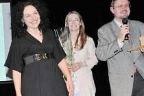 OCENĚNÍ. Usměvavá Petra Písaříková (vlevo) na pódiu Činoherního studia v Ústí nad Labem při přebírání ceny Křesadlo 2008 za dobrovolnickou práci.