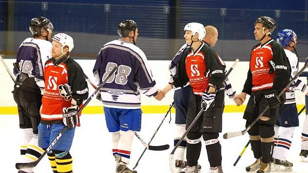 Podkrušnohorskou amatérskou hokejovou ligu rozehrálo šest týmů, tři chomutovské doplnily celky Litvínova, Mostu a Teplic. Snímek dokazuje, že závěr každého zápasu je v duchu fair play.