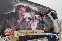 HRRRR NA NĚ!!! Trojice chomutovských hokejistů v pirátském  převleku (zleva Duda, Skořepa, Bombic) na billboardu, který zve na play off. Pracovníci najaté firmy ho včera kolem poledne lepili na plochu u Kauflandu.