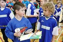 První florbalový turnaj prvního stupně základních škol Florbal Pirates Harmonie Cup pořádala ZŠ Březenecká Chomutov. Na snímku tým pořádající školy