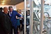 V klášterecké porcelánce otevřeli novou expozici, která vychází z filmu Holky z porcelánu.