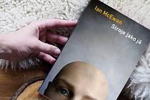Kniha Stroje jako já od Iana McEwana.