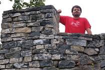 Tomáš Knobloch, jeden z hradních dobrovolníků shlíží z opevnění Horního hradu.