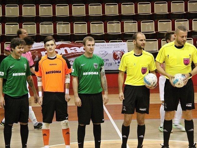 Michal Hůla (v oranžovém) je na soustředění reprezentace ČR do 21 let. Baník (v zeleném) v pátek sehraje s repre ČR přátelský zápas.