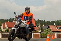 Slalom mezi kužely. Budoucí motorkář skládá zkoušky na nové cvičné ploše.