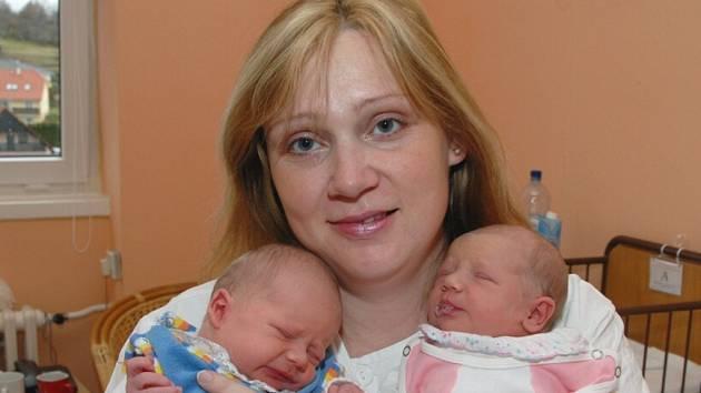 Terezie Veselá (vpravo) a  Jiří Veselý z Kadaně, narozeni 7.11. 2007 ve 20.15 hod. (Terezie) a ve 20.50 hod. (Jiří) v Chomutově; Terezie: 49 cm, 2,85 kg, Jiří: 49 cm, 2,97 kg a jejich maminka Olga Veselá