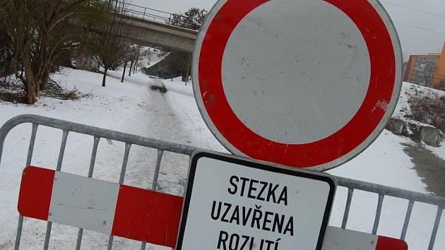 TUDY NE. Po upozornění vodohospodářů město stezku uzavřelo.