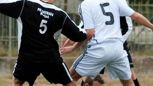 Brankář Proboštova Michal Račuk kapituloval v Kadani třikrát. Na snímku brání míč před Martinem Poustkou a Zdeňkem Zapským, vypomáhá mu hostující obránce Martin Malý.