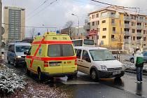 Nehoda na chvíli zablokovala dopravu v centru. Policisté řidiče odkláněli přes náměstí.