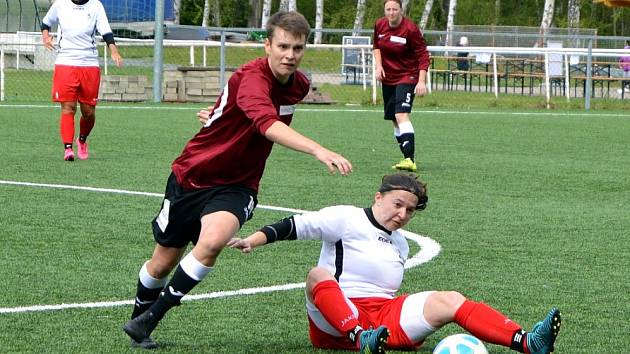 Ženy společného týmu Baníku Souš a SK Ervěnice-Jirkov v červeném v utkání proti Švermovu.