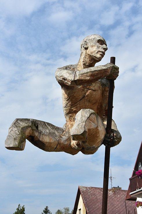 Jitka Kůsová Valevská. Podle sochy Dech anděla stvořila na přání města i cenu pro význačné osobnosti.