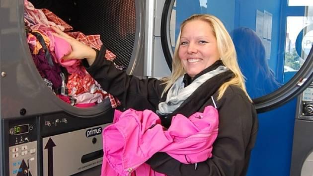 """ČISTÉ, SUCHÉ, VOŇAVÉ. Chomutovanka Jaroslava V. prohnala pračkou a sušičkou ve veřejné prádelně pět tašek dětského prádla. """"Doma bych to musela prát na čtyřikrát a kam to pak všechno pověsit?"""" říká maminka dvou dětí."""
