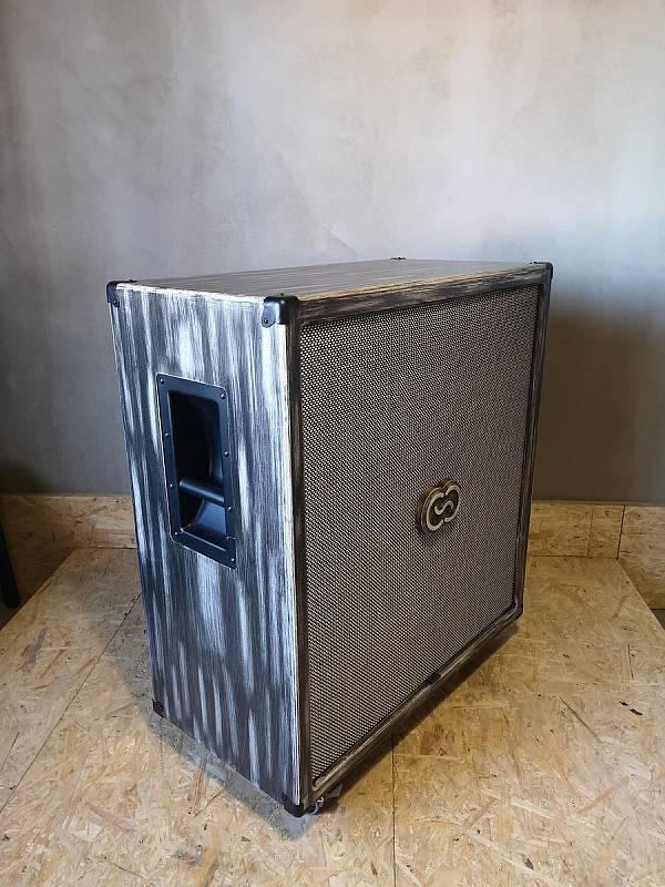 Před šesti lety začal Roman Kraus z Klášterce nad Ohří vyrábět reproboxy pro kytaristy. Založil si firmu Coffee Audio a jejich hudební aparáty nyní používají muzikanti z předních českých kapel jako Lucie, Monkey Bussines nebo Wohnout. Vychvalují si je tak