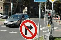 Na Blatenské řídí provoz provizorní semafor.