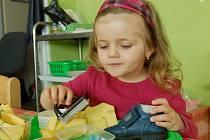 HRAČKY JAK jE NEZNÁME. Malou Lindu zaujal podnos s pomůckami na čistění bot.